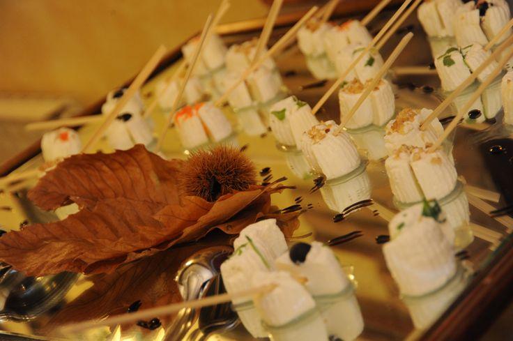 ANTIPASTI A BUFFET  L'ISOLA DELLA TRADIZIONE Torte rustiche ripiene con verdure e formaggio filante.Scaglie di Parmigiano Reggiano.Treccia di mozzarella di bufala Campana su insalatina di campo. Ricotta infornata su letto di rughetta e pomodorini Bignè ripieni con crema di broccoli glassati al formaggio.Prosciutto di Parma tagliato a mano e Tagliere dei salumi (salame, lonzino, etc..).Specchio di formaggi morbidi e stagionati serviti con confetture, miele e frutta secca.