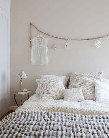 Pour fabriquer une tête de lit, l'esprit nordique recourt souvent à la récup pour construire son ambiance déco. On y retrouve souvent des palettes, du bois flotté, d'anciens cadres de fenêtre ou une vieille porte pour improviser une tête de lit originale. Une autre tendance, c'est la guirlande fabriquée avec des perles de bois enfilées sur une corde légère au dessus du lit.  La guirlande étant résistante elle permet d'y suspendre divers objets déco dans le même esprit zen : Un porte-bougie…