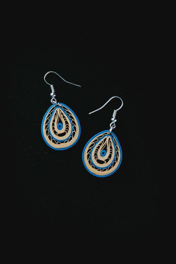 Deze fijn Handgemaakte oorbellen zijn gemaakt van 1/8 dik blauw en lichte crème/goud gekleurde filigraan stroken papier. Ik hou echt van het ingewikkelde ontwerp van deze earring waarin de schoonheid van filigraan! De oorbellen zijn gekoppeld aan hypoallergeen haken en kunnen ook worden geconverteerd naar clip-on oorbellen. De oorbellen zijn verzonden in een leuk cadeau-pakket, zoals in de afbeelding (de kleur van het vak kan variëren).  Afmetingen: Haak lengte: 2 cm Lengte (zonder ...