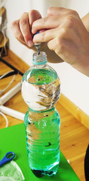 Kinder, so etwas muss unter uns bleiben. Wir zeigen euch hier, wie ihr eine Qualle in einer Flasche bastelt, die aussieht, als wäre sie noch lebendig! Überraschungseffekt garantiert. So geht das....