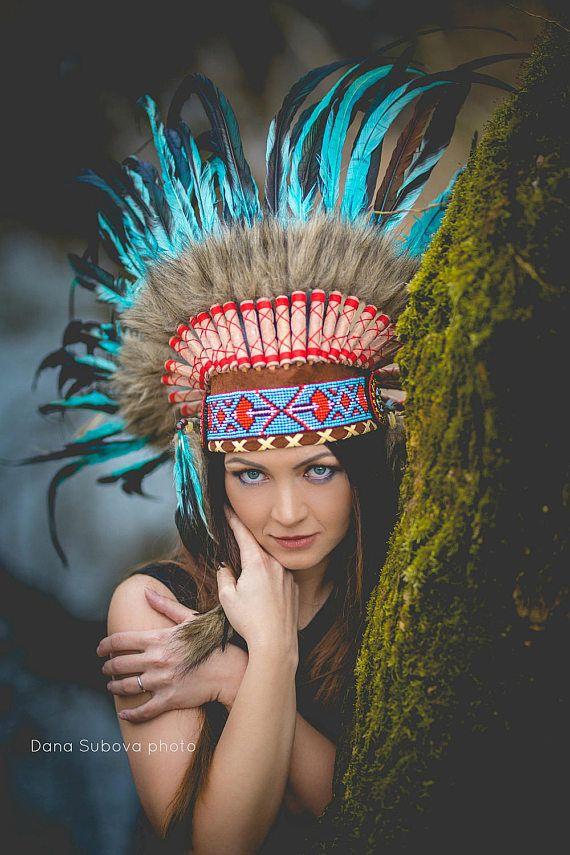Indische Licht blau / Türkis und dunklen Federschmuck / Warbonnet  Handgefertigte Native Federschmuck, mit den besten Materialien hergestellt.  Hut Leder braun Farbe und bunten Stirn Band voll gemacht.  32 Stk. mit braunen Haaren und großen Federn Türkis  23 Zoll Kopfumfang.  Kopfschmuck Größe sind:  Breite: 43,3 Zoll  Höhe: 19,7 Zoll  ** UPS schnellen Lieferung: 3-4 Tage ** +++ Die Perlen Stirnband wurde geliefert, es ist die gleiche die letzten Fotos +++  Elegantes Modell.