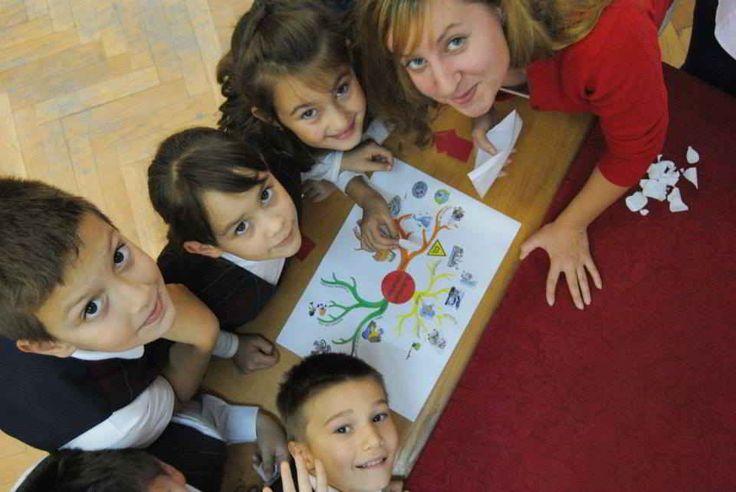 """Primul atelier de sustenabilitate de la clasa a III a – un adevarat succes!  Am dorit să educăm copiii cu privire la consumul de energie, reciclare, poluare şi schimbări climatice. Folosind tehnica de invatat interactiva numită """"mind mapping"""", cei mici au fost creativi in realizarea planselor despre sustenabilitate. Cu mult entuziasm i-am învăţat despre amprenta de carbon şi importantă plantării copacilor."""