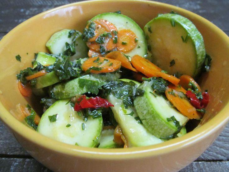 Кабачок, морковь, острый перец, чеснок, зелень, соль, черный перец, сахар, уксус, растительное масло.