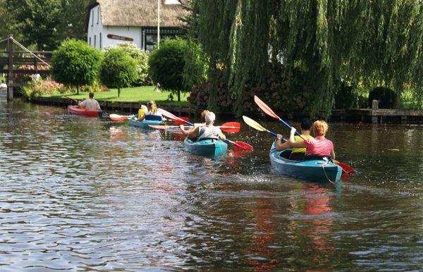In het waterrijke gebied kunt u goed kanoën. Ga samen met uw gezin, familie of vrienden een dagje kanoën in uw vakantie! http://www.heerlijkehuisjes.nl/nl/vakantiehuizen-weerribben-wieden