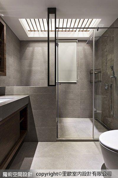 衛浴空間透過格柵篩落光線,強調乾濕分離,引申專屬的個性魅力。