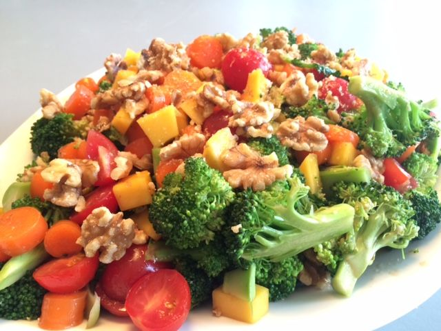 broccolisalat med mango, cherrytomat, gulerødder og valnødder