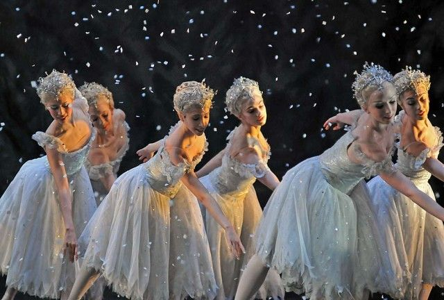 Snowflakes: Beatriz Stix-Brunell, Sian Murphy, Yasmine Nagdhi, Romany Pajdak, Claudia Dean, Leanne Cope. The Royal Ballet.