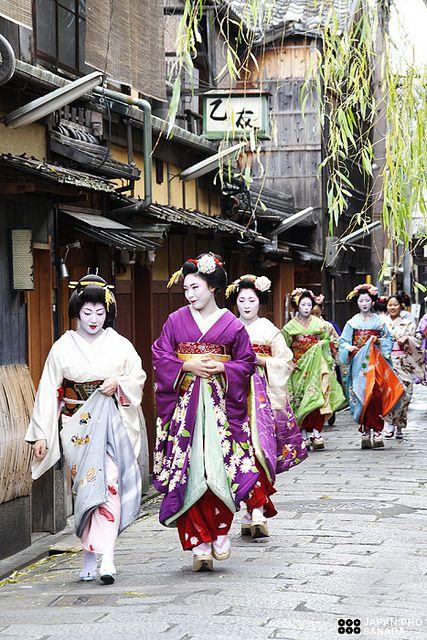 祇園甲部・小田本の芸妓章佳司さん、舞妓時代の佳つ菊さん達……