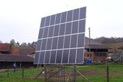 Seguidor solar  12/2008, Wilchingen, Suiza   Potencia: 5.44 kWp  Producción de energía: 7'200 kWh/año   Ahorro de CO2: 3.6 t/año    Tipo de instalación: Freiland, Redes