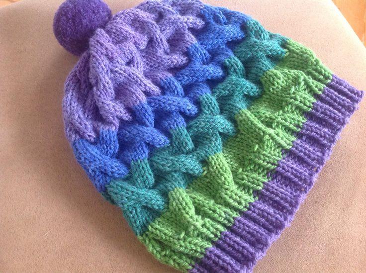 Joli modèle de tuque d'hiver pour femme, en dégradé de couleur avec de jolies torsades. Le tout agrémenté du joli pompon   15$