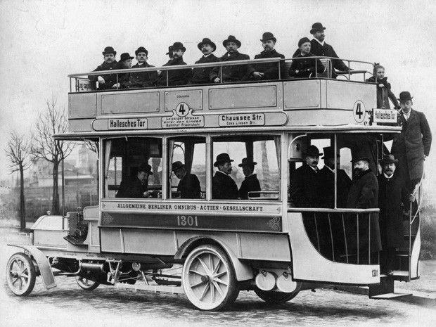 Erster Omnibus mit Benzin-Motor in Berlin im November 1905 (gebaut von der Daimler-Motoren-Gesellschaft für die Allgemeine Berliner Omnibus-Actien- Gesellschaft ABOAG)