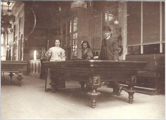 De oudste teruggevonden foto van een biljartzaal in Nijmegen: Café Suisse, (Lange) Burchtstraat 34, 1906