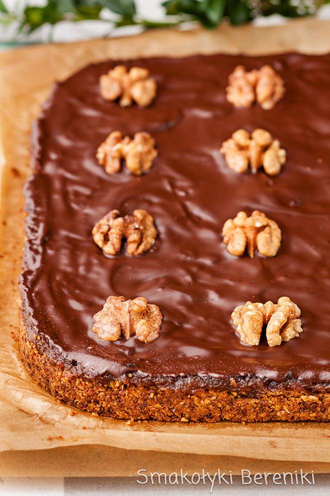 Mazurek owsiano-orzechowy z daktylami i czekoladą