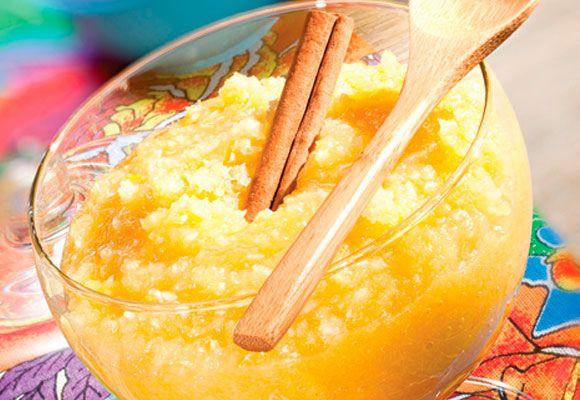 COCADA DE ABACAXI Ingredientes 2 xícaras (chá) de açúcar 1 xícara (chá) de água 4 xícaras (chá) de abacaxi cortado em cubinhos 2 ovos 1 lata de leite condensado 300g de coco ralado  Modo de preparo Ferva o açúcar e a água por 2 minutos, ponha o abacaxi e ferva por mais 3 minutos. Junte as gemas (descarte as claras), o leite condensado e o coco ralado. No fogo baixo, e sem parar de mexer, cozinhe até que se desgrude do fundo da panela. Deixe esfriar e sirva em taças.