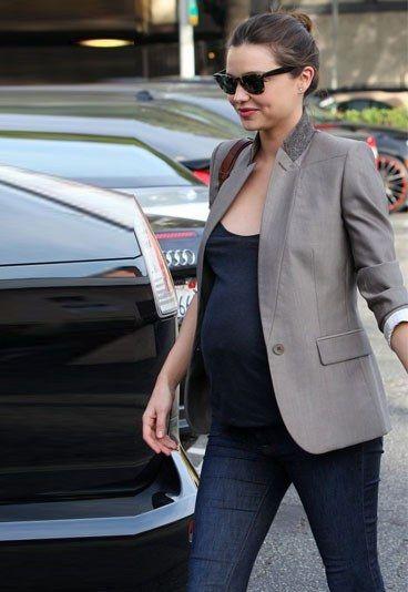Look enceinte sympa avec un jean de grossesse bien coupé, un tee-shirt basique et une veste ouverte toute simple