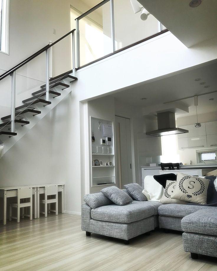 こんばんは*・☪︎·̩͙ ・ 今日はpic多めですよ(°∀°)ww ・ ・ ついに… 階段下の家具達を組み立てました ・:*+.\(( °ω° ))/.:+ ・ 夫が、ですが← 夫よ、お疲れサマ‼︎ ・ ・ んー♡ スッキリしたー♡ ついでに掃除も完璧← ・ ・ 階段下でお勉強とかしてもらいます✨ これ、机開閉します◡̈⃝⋆* ・ ここに可愛いライトが欲しいᵕ̈* ・ てか… ベビーガード、外したいな(´`:) 一条さんから無償で頂いたんですが、もう2歳過ぎたしなー。 ・ 付けてる方いらっしゃいますか⁇ ・ ・ ・ ・ そしてクリスマスプレゼントで買っていた、キッチンとテント。 ・ テントの圧迫感www デカ ・ こりゃ和室には置けない って事で、子供部屋に行きました(°∀°) ・ 子供部屋にポツーンw ・ ・ ・ 次はパントリー横に雑に床に置いてるのをどうにかしなきゃ(・ε・) 洗面所も早く終わらせたい。 ・ やっと身内を呼べるレベルまでなったかな 友達はまだ呼べない(´•ω•) ・ #一条工務店#ismart#アイスマート#ismart2#マイホーム#マイホー...