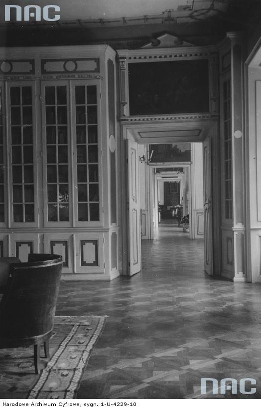 Tytuł tematu: Narol. Pałac Łosiów Opis obrazu: Fragment biblioteki. Data wydarzenia: 1918 - 1939  Autor: Niedobitowski Ksawery (właśc. Roman Aftanazy)