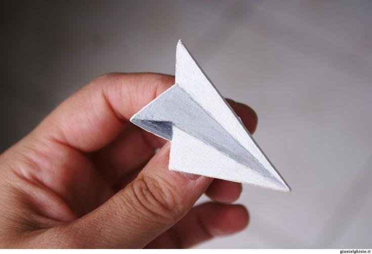 Spilla aereoplanino, in legno, traforata e dipinta a mano.