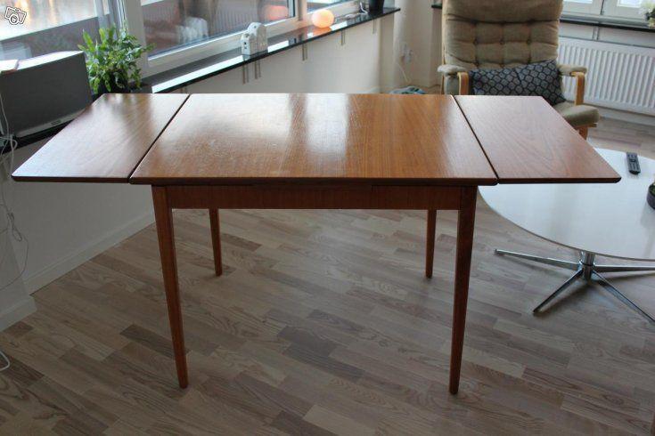 Bild 1: Fint matbord / köksbord i teak 50/60-tal (retro). Mycket gott skick. Outfällt är bordet 90 cm långt, 70 cm brett och 72 cm högt. Två utdragsskivor som förlänger bordet med 60 cm, längd utfällt 150 cm. Utdragsskivorna fälls enkelt in under den...
