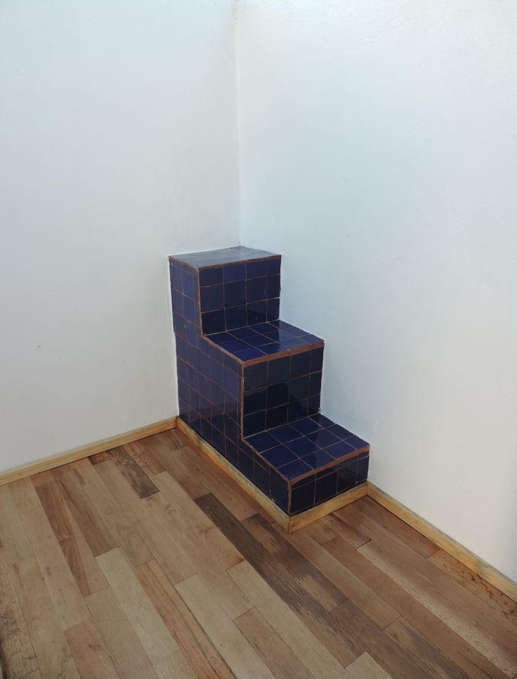 Se forraron unas escaleras con talavera azul lisa para dar un toque de color al espacio y se forro el piso con duela de madera natural.