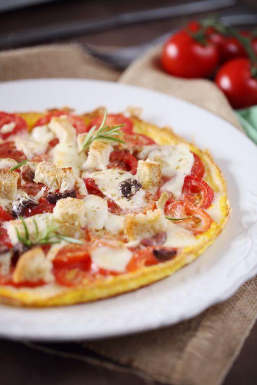 omelette-pizza Pour 2 personnes : 5 oeufs 12 tomates cocktail 1 boule de mozzarella Quelques olives noires Du romarin De l'origan 2 tranches de pain Du parmesan râpé