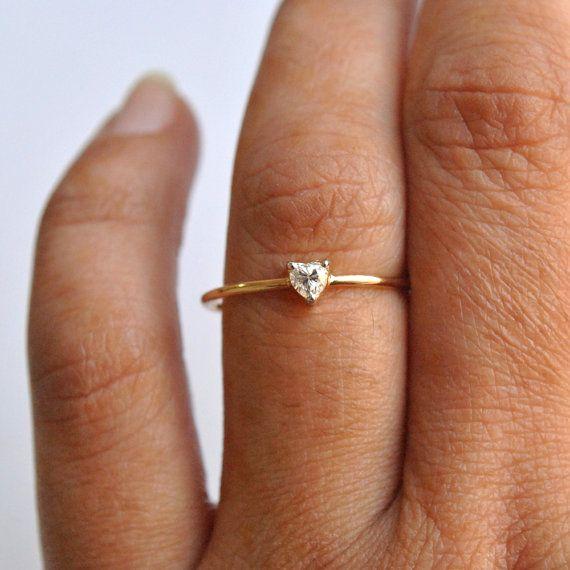 Delicado anillo de corazón en forma de diamante - anillo de compromiso-  Un diamante en forma de corazón de 0,14 ct, auricular en un bonito blanco rodiado 3 puntas ajuste de 14 K oro amarillo sólido. Un fino anillo delicado para esa ocasión perfecta.  • Gold - 14K oro macizo de Yello  • Diamond - 0,14 ct  • Color/claridad grado - G-Si  ---------------------------------------- Otras formas que te pueden gustar:  > Rectángulo cortó el diamante: https://www.etsy.com/listi...