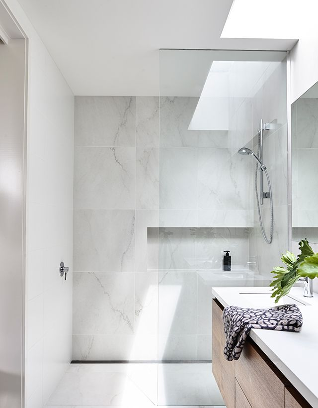 Elsternwick House: Nice bathroom. Marble-look tiles are fresh and light. Wood…