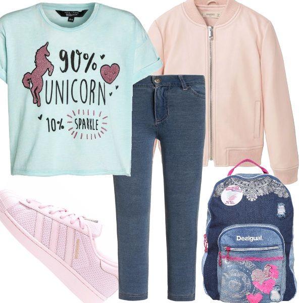 Protagonista è sicuramente la divertente t-shirt, con un unicorno glitterato, i jeans sono classici, sneaker rosa, come il bomber leggero, adatto al primo autunno. Lo zaino denim rende l'outfit adatto per la scuola.