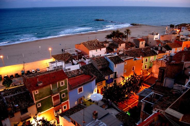 Desde lo alto de sus pintorescas casas, podemos tener esta vista de la playa que bordea el pueblo. http://benidormers.blogspot.com.es/2014/02/villajoyosa-historia-y-mar.html