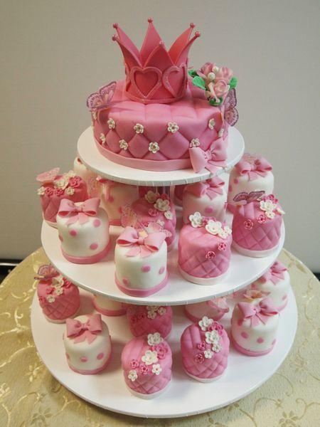 эксклюзивные десерты на заказ 9861 белые и розовые с тортиком с коронкой