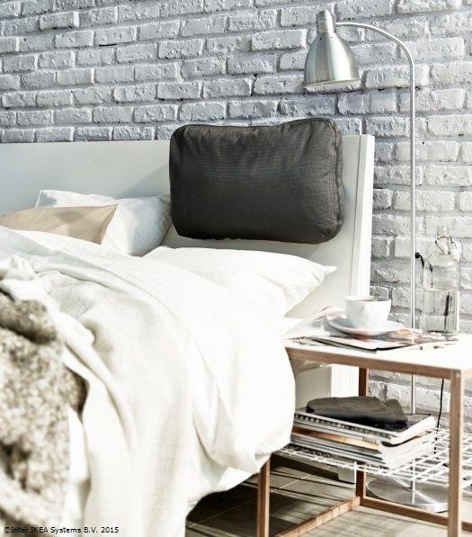 Cu ajutorul unei perne pentru tăblia patului, poți sta mai confortabil atunci când te uiți la filmul tău preferat.