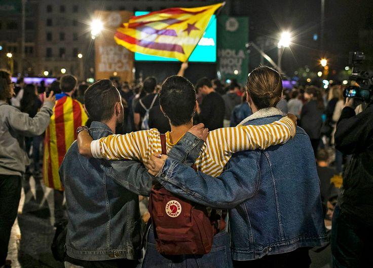 """Puigdemont abre a porta à declaração unilateral de independência já nos próximos dias. """"Votámos, votámos"""", é o grito mais ouvido agora entre os catalães. """"Independência, independência"""", repetem. Rajoy não está a ouvir."""