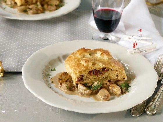 Für alle, bei denen das Hauptgericht zu Weihnachten vegetarisch sein soll: Strudel gefüllt mit Wirsing, getrockneten Tomaten und Steinpilzen. Dazu gibt es Champignons in Weißweinsauce.  Ein Knaller!