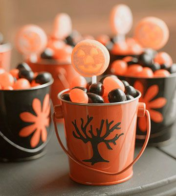 Treats to go! See more of this carnival-themed Halloween party: www.bhg.com/halloween/parties/kids-carnival-party-for-halloween/?socsrc=bhgpin100912carnivalgiftbasket#page=15: