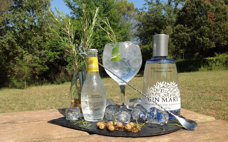 Gin Mare amb romaní, twist de llima i schweppes heritage.