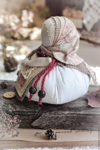Купить или заказать кукла-оберег Благополучница 'Версальская роза'. в интернет-магазине на Ярмарке Мастеров. Благополучница-для подарка близким и родным. Маленькая,очаровательная тряпичная куколка, наполнит дом атмосферой радости и благополучия. Использованы натуральные материалы,японский хлопок,кружево хлопок.Деревянные бусины и бусины яшмы.Внутри куколки пятирублёвая монетка-для добрых дел. С пожеланием благополучия!
