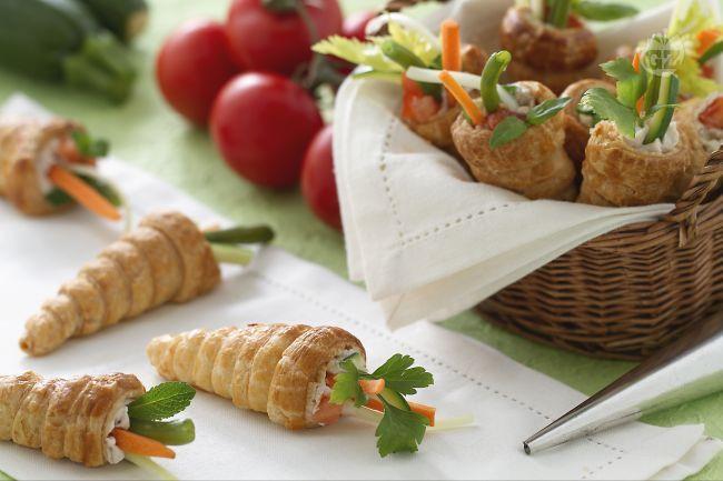 I conetti primavera sono un semplice e veloce antipasto fatti di croccante pasta sfoglia e farciti con crema di formaggio e verdure.