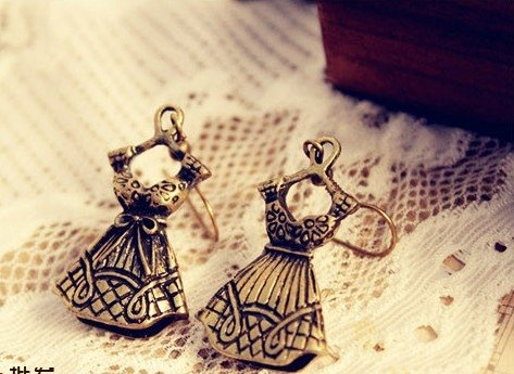 Keep your ear in fashion with this pair of beautiful vintage dress earring.    100% Brand New  Type:  Drop Earrings  Color: Antique Bronze Plated  Material:  Alloy metal  Dimensions:  3cm L x 2cm W
