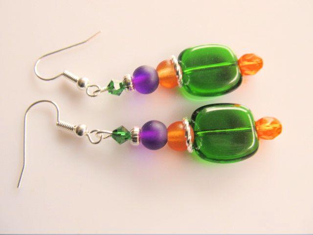 Oorbellen Coloured Green heineken groene glaskraal met oranje tsjechisch glas facet en matte glaskralen in paars en oranje. geheel verzilverd