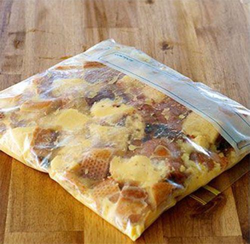 Ze pakt een plastic zakje en stopt er oud stokbrood spekjes en eieren in. Als je het eindresultaat ziet wil jij dit ook maken! - Zelfmaak ideetjes