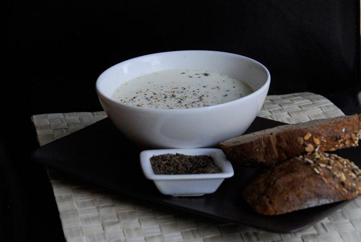 Supa de parmezan cu vin- Daca scotociti bine prin dulap si frigider, pana si din cateva ingrediente simple puteti gati ceva inedit si gustos in acelasi timp. Totul e in creativitatea cu care faceti anumite combinatii intre sa zicem supa de pui (concentrat sau facuta cu manutele tale, ca parca asa e mai bine), un pic de parmezan de prin frigider, vin din sticla deschisa aseara, si clasica ceasca de smantana pe care o imprumuti de la clasica vecina care te ajuta cu orice:). Hai sa vedem ce…
