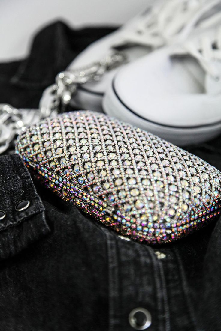 This shiny clutch can also be combined with more casual clotches! #joylala #dontbemediocre