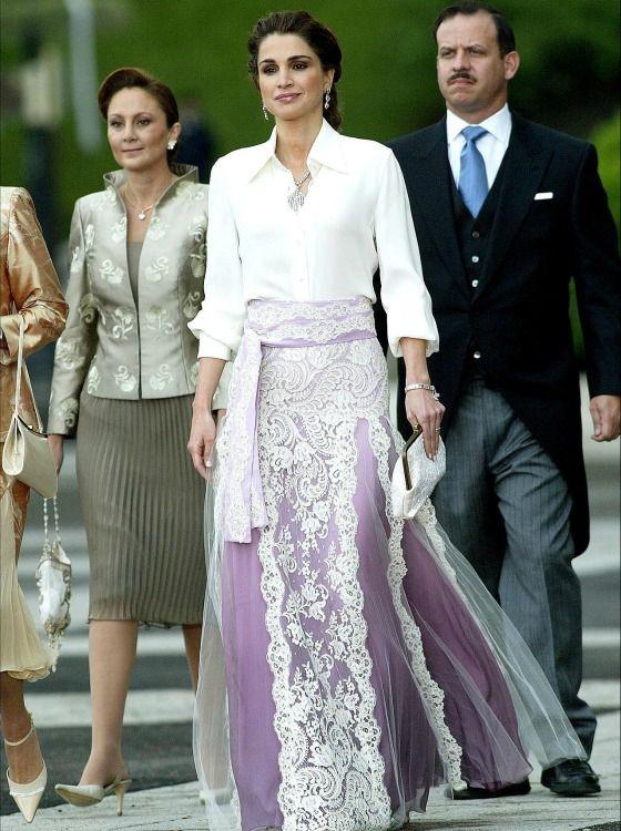 Rania de Jordania vistiendo una elegante camisa blanca, con cuello en pico abierto, y una falda malva con capa de encaje firmada por Givenchy.