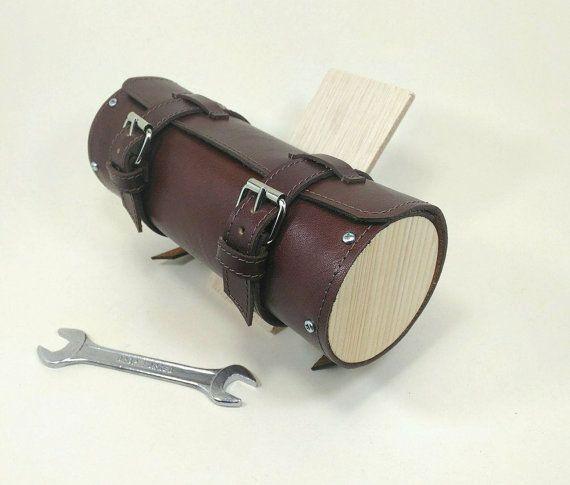 Guarda questo articolo nel mio negozio Etsy https://www.etsy.com/listing/493196067/leather-and-wood-bicycle-tool-bag