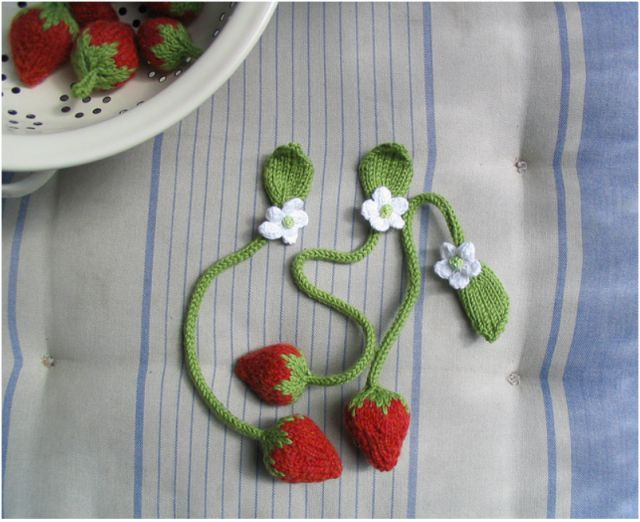 super-sweet strawberry bookmarks: Crafts Ideas, Bookmarks Crochet Fun, Knitti Things, Creative Knits, Crafts Bookmarks, Crochet Bookmarks, Books Mark, Knits Strawberries, Strawberries Bookmarks