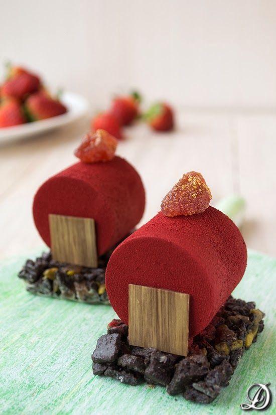 Cilindros de Mousse de Chocolate y Fresa con Crujiente de Oreos y Pistachos