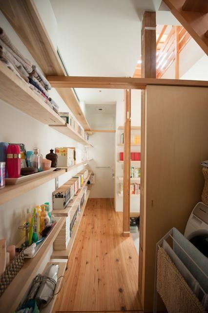 壁一面本棚の1階廊下(『矢来の家(減築)』過去の記憶や温もりを残す減築リフォーム) - その他事例|SUVACO(スバコ)