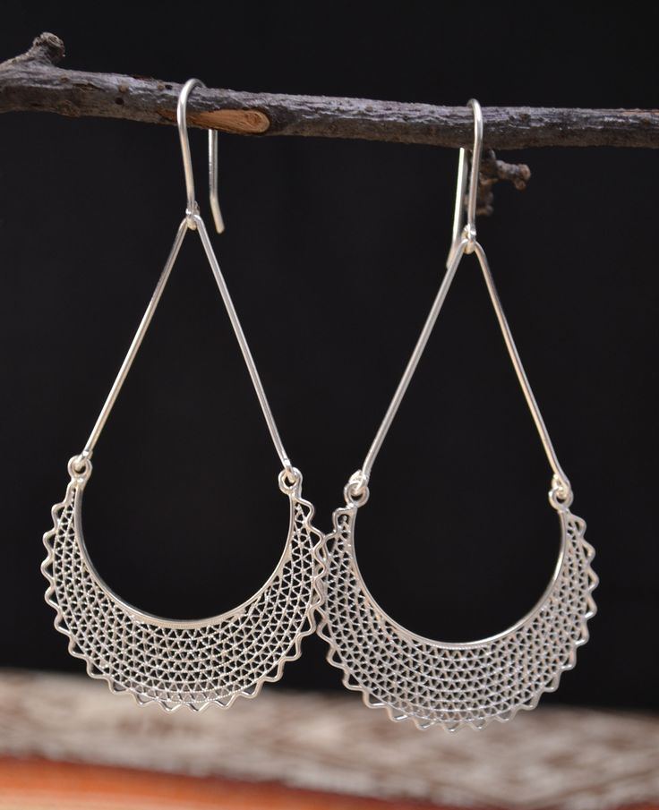 Beautiful design of silver earrings handmade by Ecuadorian artisans, Because they are filigree earrings, although the design look like big earrings, the jewelry is not heavy, it is very easy to use and is easy to match to any wardrobe.