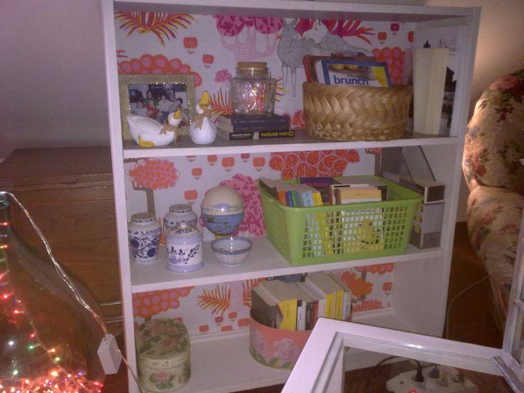 Recupero vecchia libreria con ASCP Original White e stoffa Ikea per un look shabby-chic.