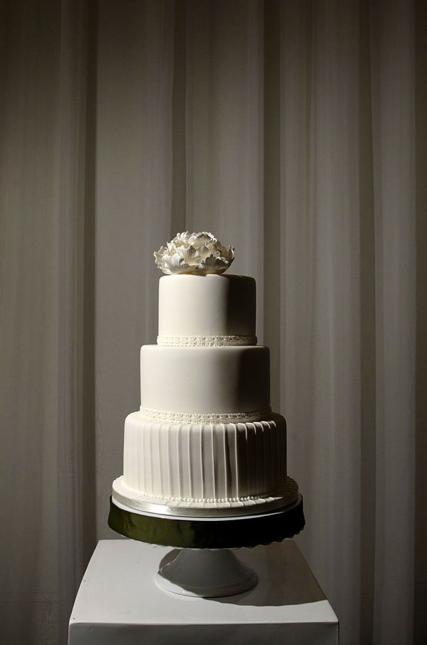 Just decided I'm styling my wedding after this cake--simple and beautiful with a big bow on top.